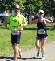 Défi DMLA 2019. Alexandre et la coureuse Virginie sourit à la photographe en donnant leurs derniers efforts.