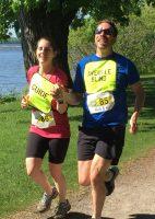 Défi DMLA 2019. Karine et Simon, souriants, courent en se tenant la main - 1.