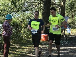 Défi DMLA 2019. Martin et Josué courent et sont rendus à la mi-parcours.