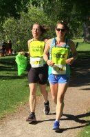 Défi DMLA 2019. Nathalie et sa guide Raphaëlle pendant leur course, au soleil.