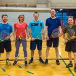 Tennis sonore ASAQ Printemps 2019. Photo de groupe où Danny, Sabrina, Yan, Hugues et Alain sourient en tenant une raquette devant leur ventre.