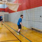 Tennis sonore ASAQ Printemps 2019. Yan, Hugues et Danny s'entraînent contre le mur, vue de côté.