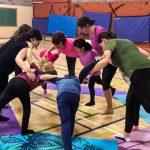 Du sport pour moi! Le groupe, bras entrecroisé l'un àl'autre, en cercle , descendant le haut du corps et soulever la jambe gauche, pour faire une arabesque.
