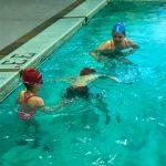 Programme Du sport pour moi! Printemps 2019 - Natation. Capitale-Nationale - Printemps 2019. Camille et Jeanne observe Félix qui tente de rester sous l'eau le plus longtemps que possible.