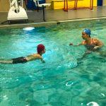 Programme Du sport pour moi! Printemps 2019 - Natation. Capitale-Nationale - Printemps 2019. Camille explique comment faire une pirouette dans l'eau à Lou-Félix.