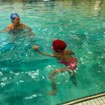 Programme Du sport pour moi! Printemps 2019 - Natation. Capitale-Nationale - Printemps 2019. Camille observe Jeanne qui nage sur place.