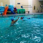 Programme Du sport pour moi! Printemps 2019 - Natation. Capitale-Nationale - Printemps 2019. Camille tente d'attraper Lou-Félix qui traverse la piscine à la nage.