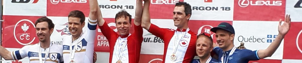 Championnats canadiens de cyclisme 2019. Médaillés masculins – Course sur route en vélo tandem. Daniel Chalifour et son pilote Jean-Michel Lachance sont en haut du podium avec leur médaille d'or. Crédit-photo: Richard Chalifour.