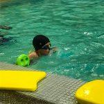 Programme Du sport pour moi! Printemps 2019 - Natation. Capitale-Nationale - Printemps 2019. Félix attend le départ pour traverser la piscine à la nage.