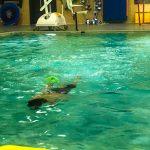 Programme Du sport pour moi! Printemps 2019 - Natation. Capitale-Nationale - Printemps 2019. Félix nage sous l'eau.