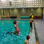 Programme Du sport pour moi! Printemps 2019 - Natation. Capitale-Nationale - Printemps 2019. Jeanne fait son saut dans la piscine, Félix et Madeleine debout sur le bord de la piscine et Lou-Félix remonte sur le bord de la piscine.