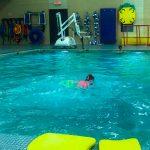 Programme Du sport pour moi! Printemps 2019 - Natation. Capitale-Nationale - Printemps 2019. Jeanne traverse la piscine à la nage.