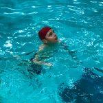 Programme Du sport pour moi! Printemps 2019 - Natation. Capitale-Nationale - Printemps 2019. Lou-Félix nage sur place.
