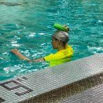Programme Du sport pour moi! Printemps 2019 - Natation. Capitale-Nationale - Printemps 2019. Madeleine attend le départ pour traverser la piscine à la nage.