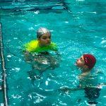 Programme Du sport pour moi! Printemps 2019 - Natation. Capitale-Nationale - Printemps 2019. Madeleine et Lou-Félix dans l'eau.