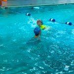 Programme Du sport pour moi! Printemps 2019 - Natation. Capitale-Nationale - Printemps 2019. Madeleine traverse la piscine à la nage, sans se faire toucher par Camille.