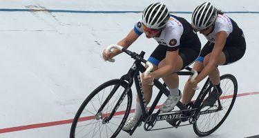 Annie Bouchard et Évelyne Gagnon en pleine course au vélodrome.