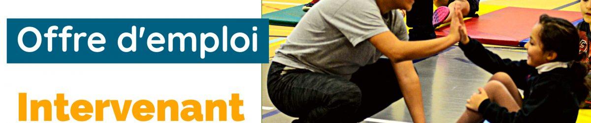 Image: Logo ASAQ. Offre d'emploi. Intervenant sportif. Photo d'Intervenante sportive en train de faire des redressements assis avec une jeune.