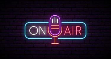 Enseigne au néon. Microphone rétro dans le cadre avec inscription à l'antenne. Musique ou emblème radio. Panneau lumineux pour la station de radio.