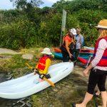 DSPM-Montréal-Automne 2019-Mayak. Clovis prêt à aller sur l'eau à genoux sur le mayak, aidé par Danielle et regardé par sa maman