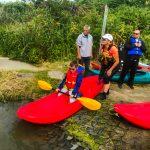 DSPM-Montréal-Automne 2019-Mayak. Meryk qui se prépare à aller sur l'eau à genoux sur le mayak, aidé par Danielle.
