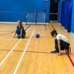 Mini-goalball Saint-Jérôme. Automne 2019. Alexandra et Émile en position de base attendent le ballon.