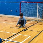 Mini-goalball Saint-Jérôme. Automne 2019. Ethan attend le ballon en position de base.