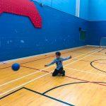 Mini-goalball Saint-Jérôme. Automne 2019. Ethan qui vient de lancer le ballon.
