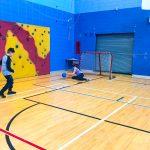 Mini-goalball Saint-Jérôme. Automne 2019. Sandrine arrête le ballon que Samuel lui a lancé.