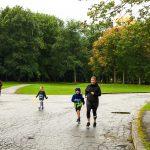 Course des princesses (et des princes) de la Fondation Pierre Brise-Bois. Merik et sa maman courent les derniers mètres, ensemble.