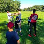 Programme DSPM Montréal-Athlétisme. Harmine apprend aux garçons à bien monter les genoux pour la course.