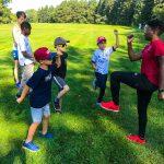 Programme DSPM Montréal-Athlétisme. Harmine apprend aux garçons à coordonner les bras et les jambes.