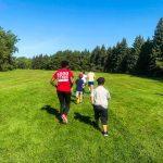 Programme DSPM Montréal-Athlétisme. Les jeunes courent accompagnés d'Harmine et Raphaëlle.