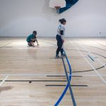 Goalball récréatif ASAQ Aut. 2019. Équipe d'Annie, Nathalie et Colin sur le terrain et vue de profil, Hajar arbitre plus loin.