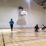 Goalball récréatif ASAQ Aut. 2019. Équipe d'Hamza, Rashad et Braxton vus de face légèrement en oblique - Hamza se prépare à lancer - 2