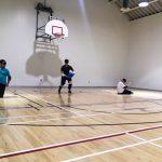 Goalball récréatif ASAQ Aut. 2019. Équipe de Hamza, Rashad et Braxton � Rashad est debout et se prépare à lancer - 2.