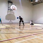 Goalball récréatif ASAQ Aut. 2019. Équipe de Hamza, Rashad et Braxton � Rashad est debout et se prépare à lancer - 3.