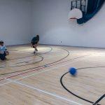 Goalball récréatif ASAQ Aut. 2019. Colin vient d'effectuer un lancer, Nathalie est au centre du terrain.