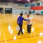 Tennis sonore ASAQ Aut. 2019. Dimitri et la bénévole Neima discutent ensemble après un exercice.