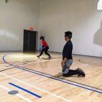 Goalball récréatif ASAQ Aut. 2019. L'ailière Camille Anh s'apprête à lancer le ballon, Raki est au centre et tourné vers elle - 2.
