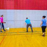 Tennis sonore ASAQ Aut. 2019. L'instructrice Sabrina explique l'exercice à Dimitri et à la bénévole Andréanne.