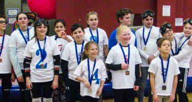 Photo de groupe. Les jeunes participants au tournoi souriants, avec leurs médailles. Les Phurax, les Griffons, les Dents de la mer et es Cougars.