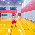 Tennis sonore ASAQ Aut. 2019. Vue de côté de Danny qui s'entraînent contre le mur.
