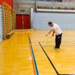 Tennis sonore ASAQ Aut. 2019. Vue de côté de Dimitri qui pratique contre le mur.