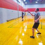 Tennis sonore ASAQ Aut. 2019. Vue de côté de Hugues qui pratique contre le mur, la raquette est en l'air.