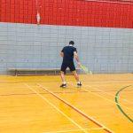 Tennis sonore ASAQ Aut. 2019. Vue de dos de Yan qui s'entraîne contre le mur.