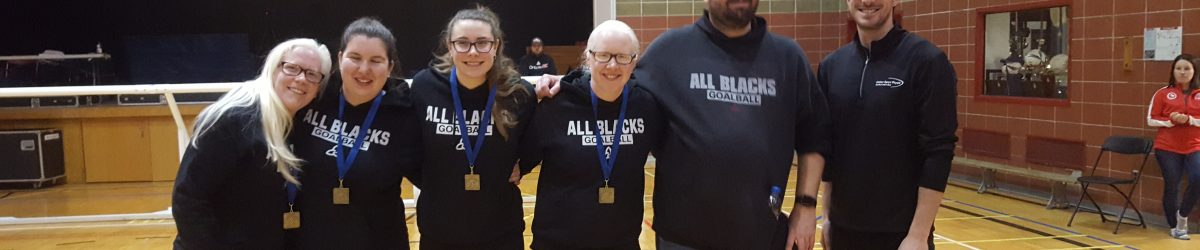 Le filles de l'équipe féminine de Goalball de l'Ontario: All Blacks portent leurs médailles d'or du TIGM 2020. Elles sont accompagnées de leur coach et Jim Trahan-Laurin, Physiothérapeute et Propriétaire Action Sport Physio - Mercier Hochelaga.