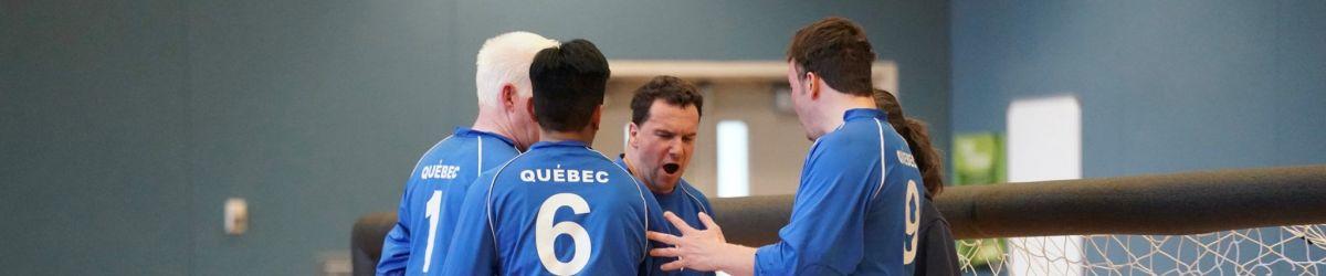 Bruno Haché, Raki Karim, Simon Tremblay et Éric Houle et l'entraîneure Nathalie Séguin, lors de la participation de l'équipe québécois à la 5e édition du Goalball Grand Slam. Crédit Photo: Manto Artworks.