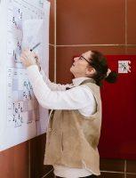 Suzette Béchard est en train d'écrire les statistiques sur une grande feuille.